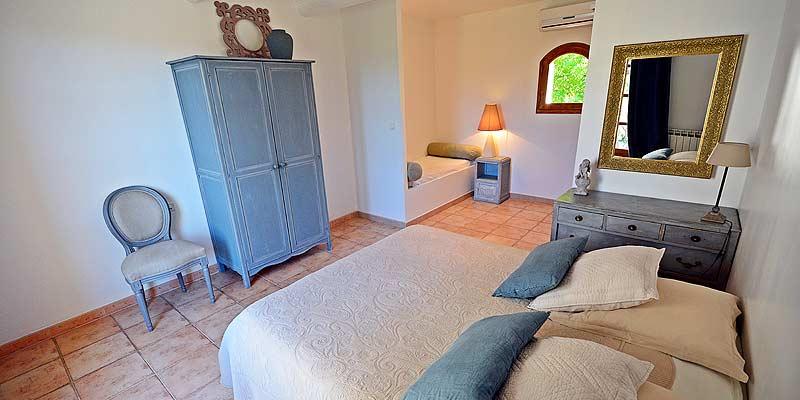 chambre d 39 h tes lacoste chambres d 39 hotes en provence proche avignon france. Black Bedroom Furniture Sets. Home Design Ideas